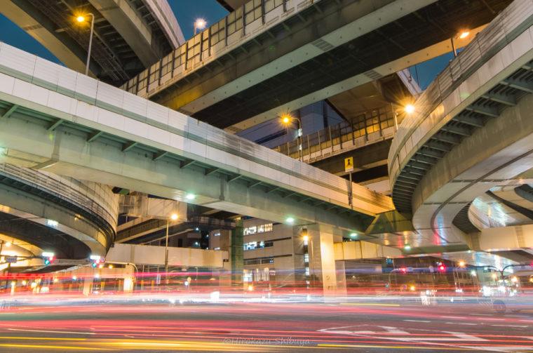 広角レンズで撮影したジャンクション夜景(焦点距離:24mm相当)